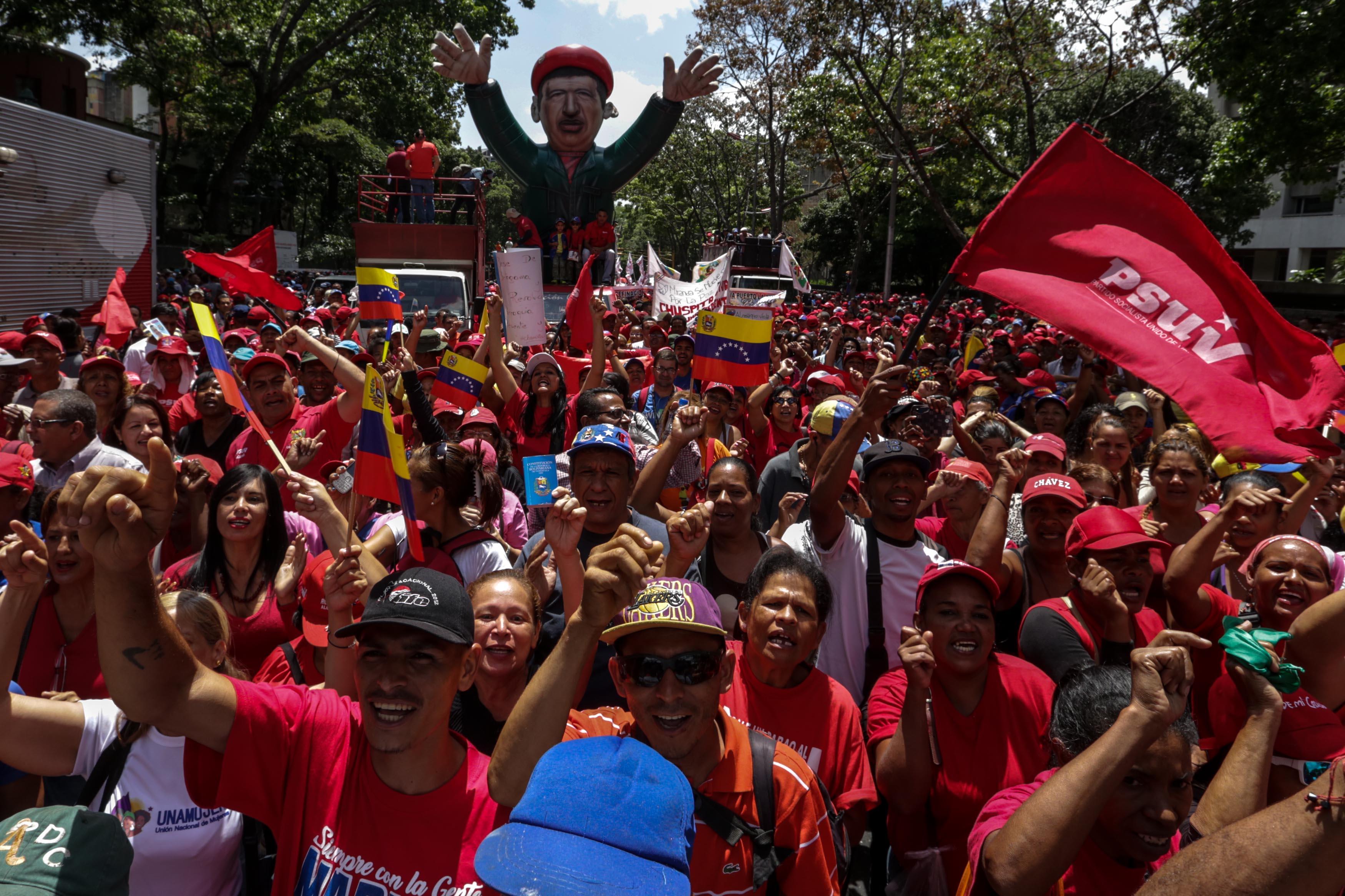 EL CHAVISMO Y LA OPOSICIÓN MARCHAN EN CARACAS A FAVOR Y EN CONTRA DEL SUPREMO