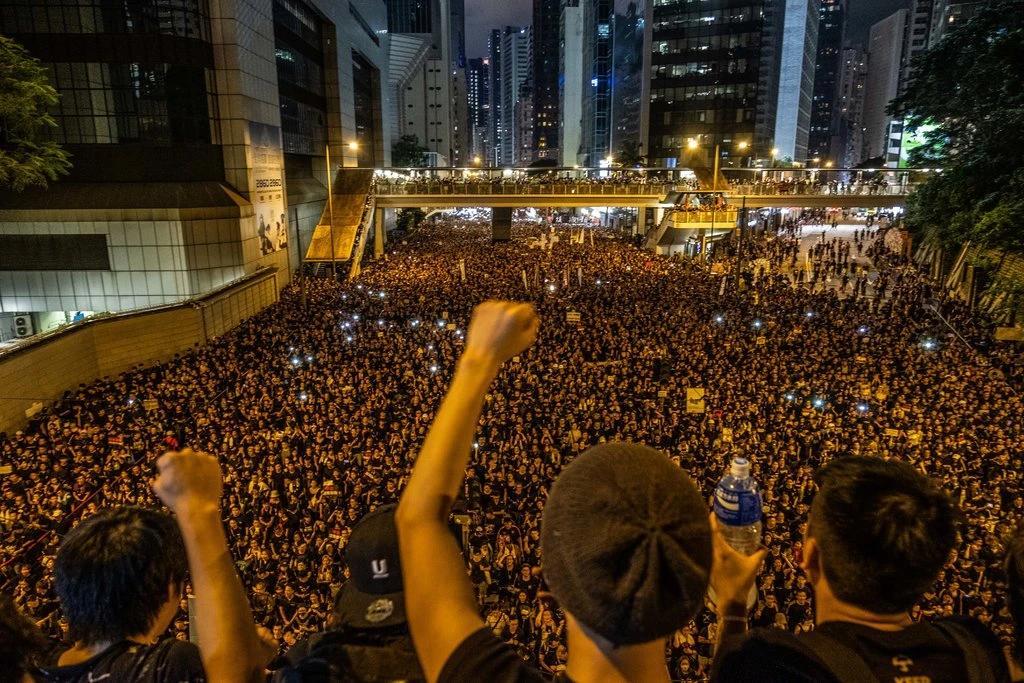 Cientos de miles de persones llenan una gran calle en una manifestación nocturna, Hong Kong junio de 2019
