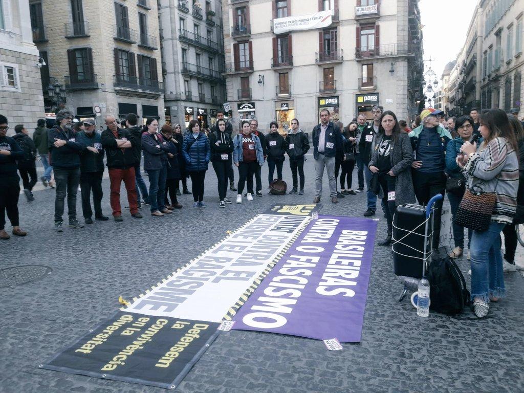 L'activista brasilenya, Mariana, parla en una protesta d'UCFR contra VOX, Plaça Sant Jaume, 29 d'abril de 2019.